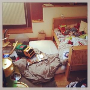 """La chambre de mon Loulou, à ses 2 ans et demi, au réveil de ce qui aurait dû être la sieste... """"Han! Le bazar!!! - mais non, c'est pas du bazar, c'est un chantier!"""" Tout est question de nuances..."""